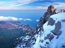 Alta roccia con neve Fotografie Stock