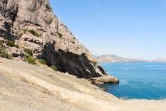 Alta roccia di pietra dal mare Immagine Stock