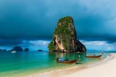 alta roccia nel mare, nella nuvola di pioggia e nelle barche tailandesi Fotografia Stock Libera da Diritti