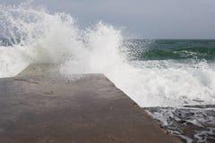 Alta rottura delle onde circa il pilastro Immagine Stock
