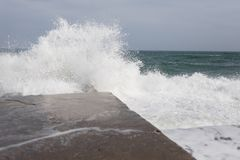 Alta rottura delle onde circa il pilastro Fotografia Stock Libera da Diritti