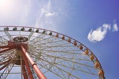 Alta ruota di ferris sul fondo del cielo blu Fotografia Stock
