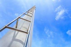 Alta scala d'acciaio sul chiaro fondo del cielo blu Fotografia Stock