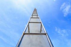 Alta scala d'acciaio sul chiaro fondo del cielo blu Fotografie Stock