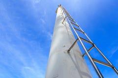 Alta scala d'acciaio sul chiaro fondo del cielo blu Fotografia Stock Libera da Diritti