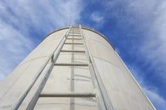 Alta scala d'acciaio sul grande serbatoio di acqua Immagine Stock Libera da Diritti
