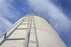 Alta scala d'acciaio sul grande serbatoio di acqua Immagini Stock