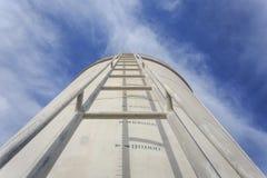 Alta scala d'acciaio sul grande serbatoio di acqua Fotografia Stock Libera da Diritti