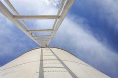 Alta scala d'acciaio sul grande serbatoio di acqua Fotografia Stock