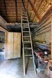 Alta scala di legno che conduce alla soffitta di una capanna ucraina tradizionale Fotografia Stock Libera da Diritti