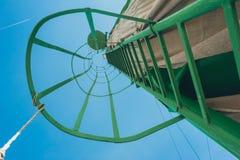 Alta scala verde del metallo sul cantiere vista originale Fotografia Stock