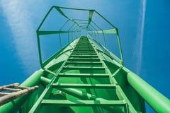 Alta scala verde del metallo sul cantiere vista originale Immagini Stock