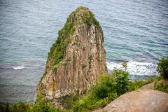 Alta scogliera acuta dal mare Fotografia Stock Libera da Diritti