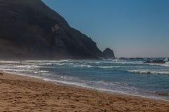 Alta scogliera che cade nell'oceano Fotografie Stock Libere da Diritti