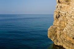 Alta scogliera dal mare Fotografie Stock