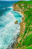 Alta scogliera dall'oceano Fotografie Stock