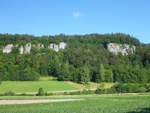 Alta scogliera del calcare in un paesaggio verde Fotografia Stock Libera da Diritti