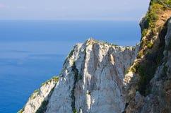 Alta scogliera dell'isola di Zacinto con la gente su, Grecia Fotografie Stock Libere da Diritti