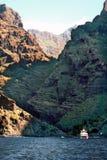 Alta scogliera e una spiaggia rocciosa Fotografia Stock