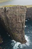 Alta scogliera in isole faroe Fotografie Stock