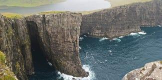 Alta scogliera in isole faroe Immagini Stock