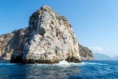 Alta scogliera nel mare Fotografia Stock Libera da Diritti