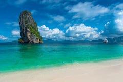Alta scogliera nel mare e un yacht nel mare vicino all'isola di Immagine Stock Libera da Diritti