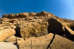Alta scogliera nel Marocco con raramente la persona sul suo bordo Immagine Stock
