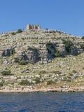 Alta scogliera nelle isole Croazia di Kornati con il castello Fotografia Stock Libera da Diritti