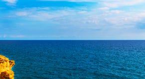 Alta scogliera sopra fondo del mare, mare di estate, molti che spruzzano Immagini Stock Libere da Diritti