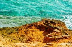 Alta scogliera sopra fondo del mare, mare di estate, molti che spruzzano Immagine Stock Libera da Diritti