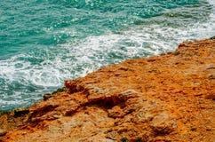 Alta scogliera sopra fondo del mare, mare di estate, molti che spruzzano Fotografia Stock Libera da Diritti