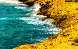 Alta scogliera sopra fondo del mare, mare di estate, molti che spruzzano Fotografia Stock