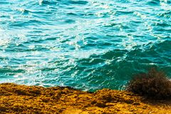 Alta scogliera sopra fondo del mare, mare di estate, molti che spruzzano Fotografie Stock Libere da Diritti