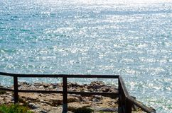 Alta scogliera sopra il mare con la barriera di legno, backgro del mare di estate Fotografie Stock Libere da Diritti