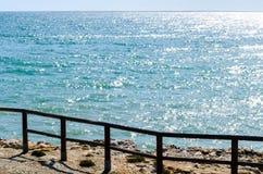 Alta scogliera sopra il mare con la barriera di legno, backgro del mare di estate Immagini Stock Libere da Diritti