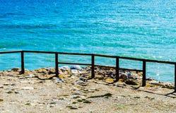 Alta scogliera sopra il mare con la barriera di legno, backgro del mare di estate Fotografie Stock