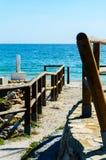 Alta scogliera sopra il mare con la barriera di legno, backgro del mare di estate Immagini Stock