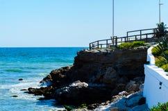 Alta scogliera sopra il mare con la barriera di legno, backgro del mare di estate Fotografia Stock Libera da Diritti