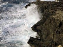 Alta scogliera sul mare con le grandi onde Fotografie Stock