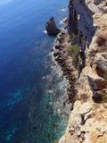 Alta scogliera sul mare con le onde Fotografie Stock