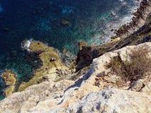 Alta scogliera sul mare con le onde Fotografia Stock Libera da Diritti
