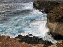 Alta scogliera sul mare con le onde Fotografia Stock