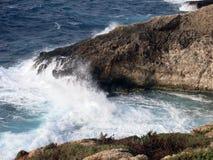 Alta scogliera sul mare con le onde Immagini Stock Libere da Diritti