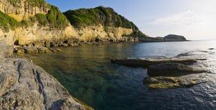 Alta scogliera sull'isola di Corfù, Grecia Fotografia Stock Libera da Diritti