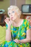 Alta señora mayor Smoking Foto de archivo libre de regalías