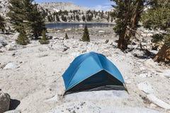 Alta sierra campeggio remoto della tenda del lago Fotografia Stock Libera da Diritti
