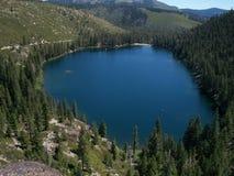 Alta sierra rocce alpine dei pini del lago Fotografia Stock Libera da Diritti