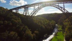 Alta silueta enorme del puente en el tiro aéreo de la luz del sol, ferrocarril metrajes