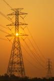 Alta siluetta elettrica dei pali Immagini Stock